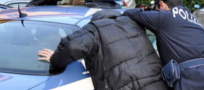 Si ferma a fare benzina, rapinato e denudato in un parcheggio
