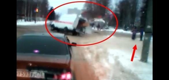 Carro em alta velocidade atropelou ambulância; a seta indica pedestres que quase foram atingidos no acidente (Crédito: YouTube/LiveLeak)