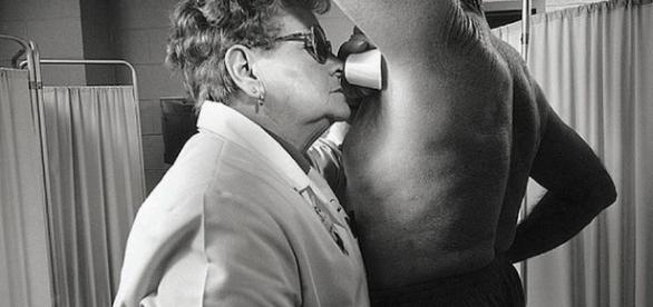 Cheirador de axilas, uma profissão bizarra