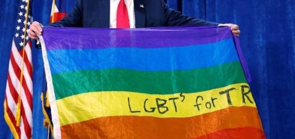 Trump segurando bandeira LGBT (Via site da Veja)