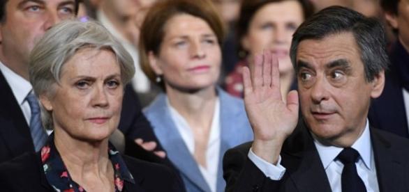 Un'immagine dei coniugi Fillon durante un incontro pubblico.