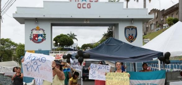 Mulheres mantêm manifestação na portas dos quartéis da PM