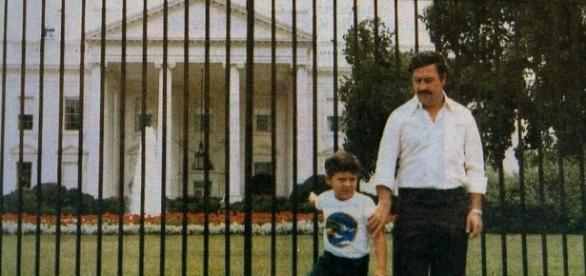 Pablo Escobar e Juan Pablo nos EUA em frente a Casa Branca.