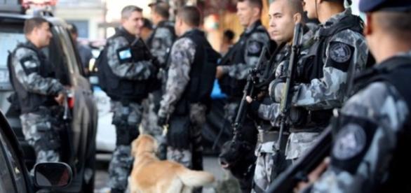 Policiais militares do Rio de Janeiro estão de prontidão na divisa do Espírito Santo
