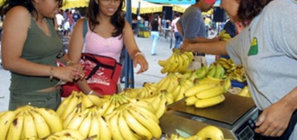 Três simpatias com banana para trazer amor, sorte e energias possitivas