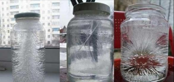 Na maioria das vezes, a água no interior dos copos apresenta alterações surpreendentes