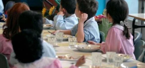 San Lazzaro, vermi nella pasta in brodo per gli alunni