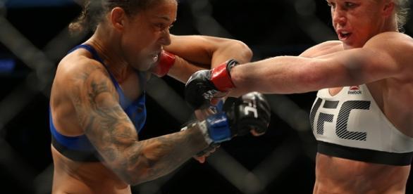 Una DU polémica le dio el título a de Randamie (azul) en UFC 208. MMAjunkies.com