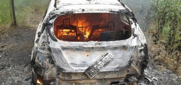Após roubo, veículo e totalmente incendiado.