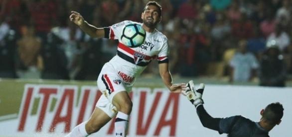 Destaque da partida, atacante Gilberto marca três gols