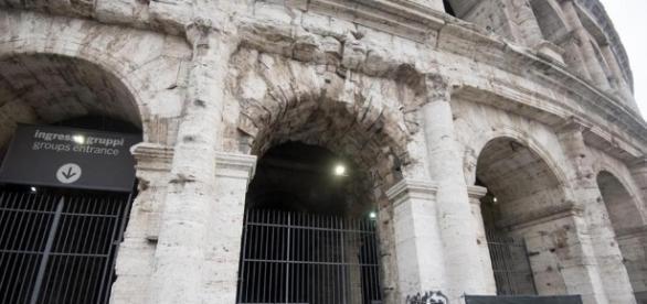 Roma, turista francese deturpa Colosseo con una monetina