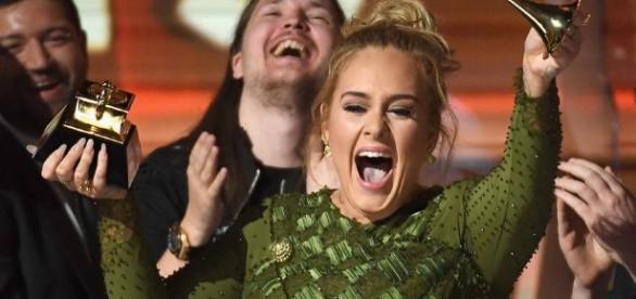 Adele vence em todas as categorias do Grammy 2017 em que foi indicada junto com Beyoncé