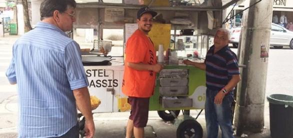 Ex-galã de Malhação ganha a vida como vendedor de pastéis.