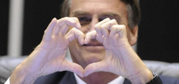 Bolsonaro é candidato à presidência e tem apoio maciço nas redes sociais