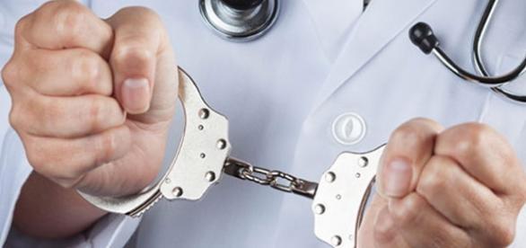 CORUPȚIE: DOCTORUL ȘPĂGAR reținut .CÂȘTIGA într-o zi CÂT UN JUDECĂTOR pe lună