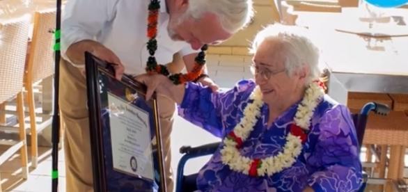 Amy Carton recebendo o seu diploma universitário