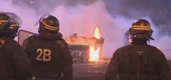 Îîn cinci suburbii din nordul Parisului poliția încearcă să pună capăt revoltelor - Foto: captură YouTube