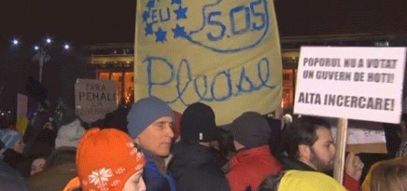 Les manifestants roumains en appelaient à l'Union européenne, brandissant des drapeaux de l'UE ou d'autres (allemand, français, &c.)