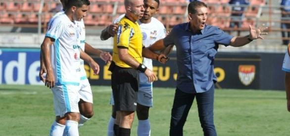 Jogadores do São Bento alegam que a bola não ultrapassou a linha