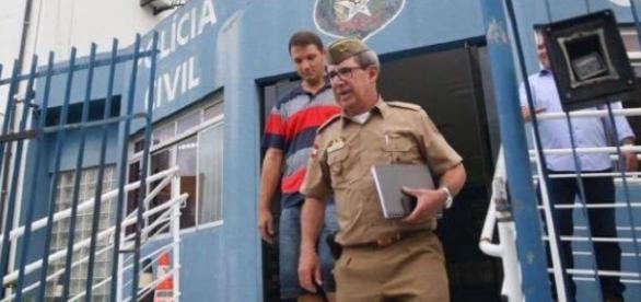 Tenente detido (à esquerda sem farda) é levado no final da tarde para Balneário Camboriú.