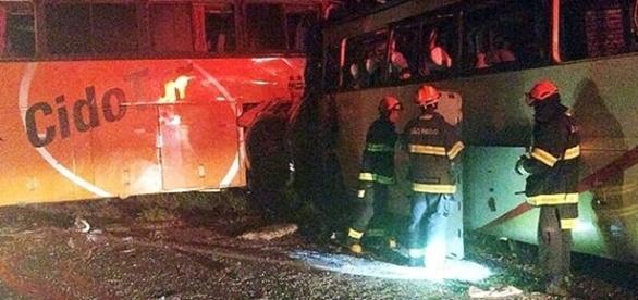 Quatro pessoas de cada ônibus morreram no acidente.
