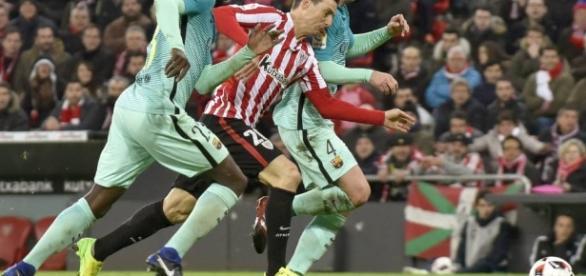 Umtiti y Rakitic zafándose con Aduriz | Deportes ... - elpais.com