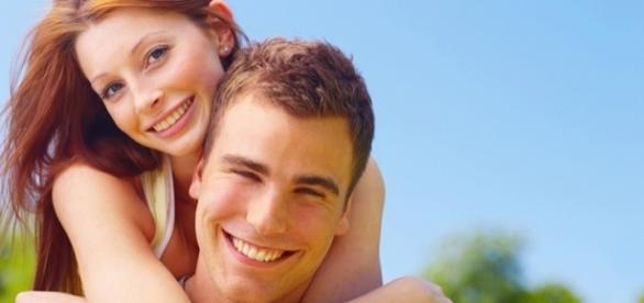 Casal que preenche os requisitos dos padrões de beleza