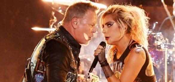 James Hetfield y Lady Gaga comparten micrófono luego de que el del vocalista fallara.