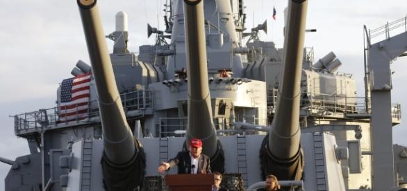 Trump discursando em um navio militar
