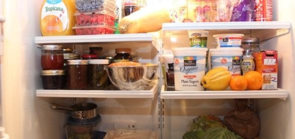 Aprenda o que deve ser guardado na geladeira e o que pode ser mantido fora