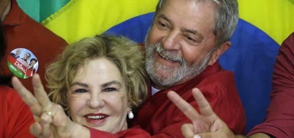 Lula e Marisa em 5 de outubro de 2014 após votar nas eleições presidenciais