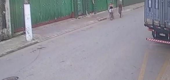 Imagens mostrar criança que foi assassinada e violentada, sendo seguida por um rapaz no dia do crime.