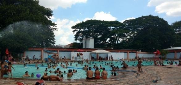 Calor Intenso leva pessoas frequentarem as piscinas públicas. Foto: Ivana Riformatto
