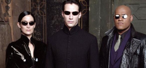 "Carrie Anne Moss, Keanu Revees e Laurence Fishburne ( da esquerda para a direita) em ""Matrix"""