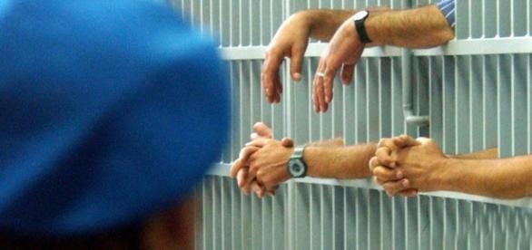Detenuto scrive di essere stato torturato, scoppia lo scandalo carceri.