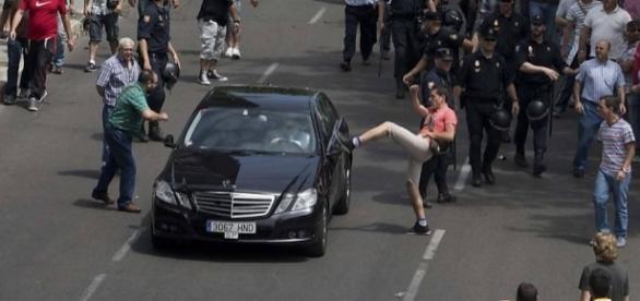 Ex-atriz participa de conflito entre motorista de Uber e taxistas