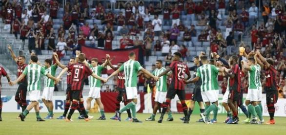 Jogadores do Atlético-PR e Coritiba deram as mãos e resolveram não jogar em forma de protesto