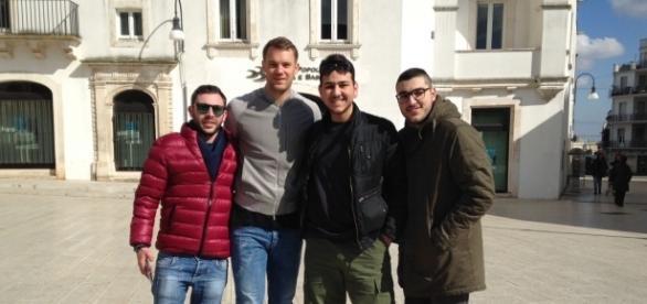Manuel Neuer in visita a Martina Franca (foto da Twitter @Francis82MaFrIT)