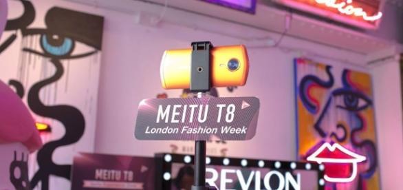 Durante el London Fashion Week se presento el Meitu T8 un smartphone optimizado para embellecimiento de selfies.