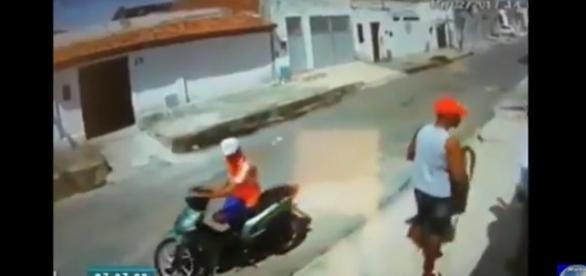 Homem sem perna e comparsa sem olho assaltam a mão armada em plena luz do dia.