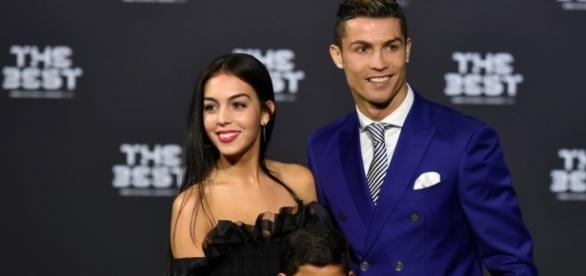 Cristiano Ronaldo surveille sa compagne!