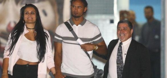 Ex-goleiro, com sua esposa e seu advogado, deixando a prisão