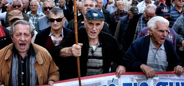 Grecia: bloccate le pensioni e l'assistenza sanitaria a chi ha debiti con il fisco