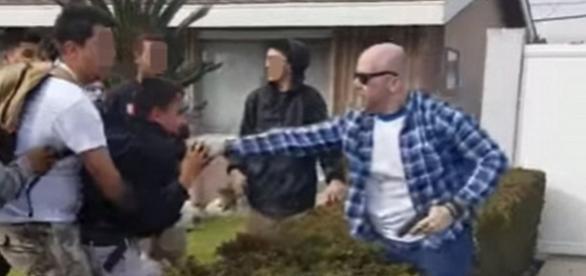 Momentul șocant când polițistul înarmat aproape îl împușcă pe adolescentul care i-a călcat gazonul - Foto: YouTube