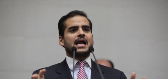 """Armas """"Maduro y Padrino López ocultan información"""" Foto: Prensa Armando Armas"""