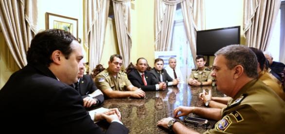 Governador Paulo Câmara em reunião com lideranças da PM e corpo de Bombeiros