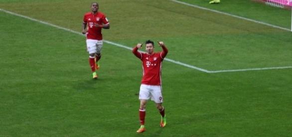 Lewandowski brilhou e marcou um hat-trick durante a partida contra o Hamburgo.