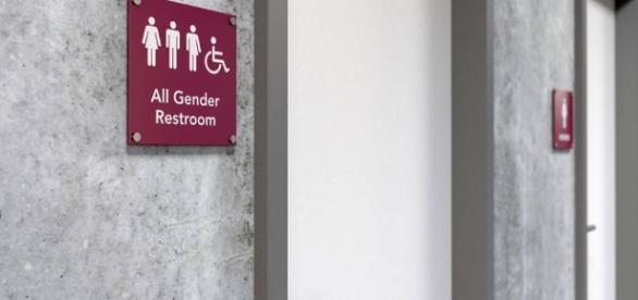 Trump anula orientação federal que protegia pessoas transgênero em instituições educacionais.