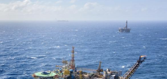 A plataforma P-19, localizada no campo de Marlim, lançou 10 litros de óleo no mar (Foto: Agência Petrobras)