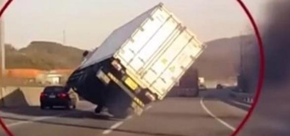 Caminhão anda sobre duas rodas em alta velocidade em uma via movimentada.